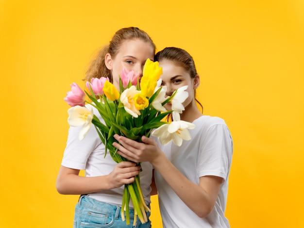 女性ママと赤ちゃん、母の日、3月8日、贈り物の花