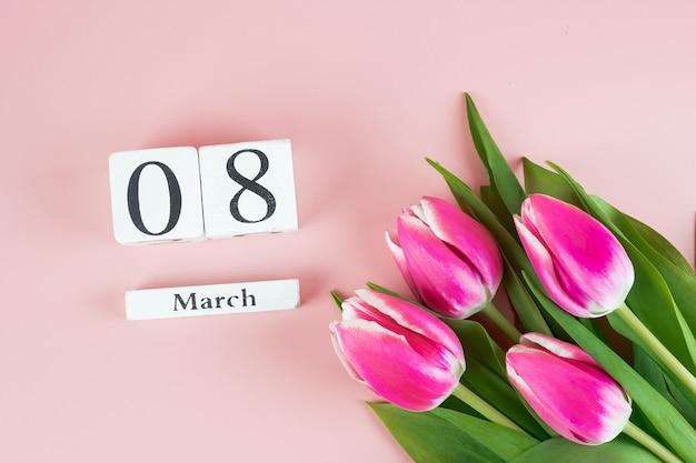 ピンクのチューリップの花と3月8日のテキストのコピースペース。愛、平等、国際的な女性の日のコンセプト