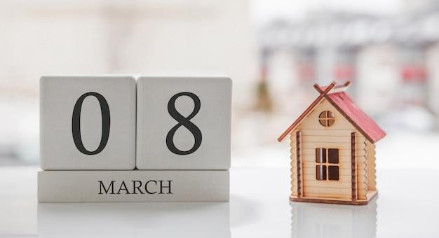 3月のカレンダーとおもちゃの家。月の8日目。印刷のためのハードメッセージまたは記憶