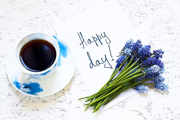 白い背景と花の上のコーヒー。春。朝。 3月8日女性の日