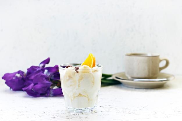 3月8日。女性の日。朝。朝ごはん。花はコーヒーとクリーミーなデザートでアイリスを彩ります。