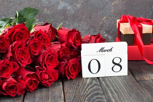 赤いバラの花束、箱に入ったプレゼント、3月8日の日付