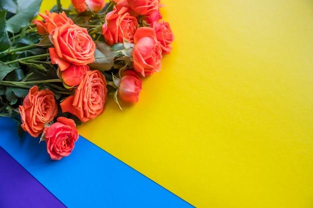 バラの背景。カラフルな背景に優しくピンクのバラ。イベントの束。 3月8日、母の日、女性の日。花のプレゼント。コピースペース