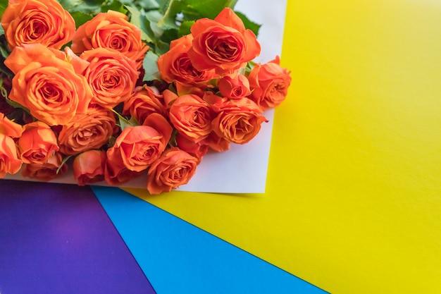 美しいティーローズがたくさん、カラフルな背景に優しくピンクのバラ。イベントの束。 3月8日、母の日、女性の日。花のプレゼント。コピースペース