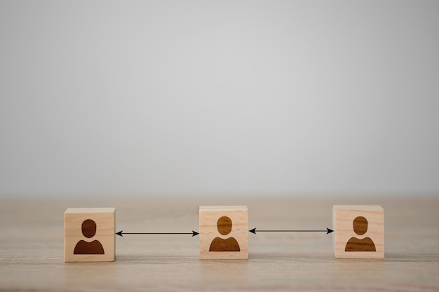 3つの人間のイラストは、木製の立方体と距離の画面を印刷しました。 covid 19の流行と発生を防ぐための社会的距離。