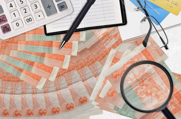 Конвертируемые банкноты 3 кубинских песо и калькулятор с очками и ручкой. концепция сезона уплаты налогов или инвестиционные решения. ищу работу с высоким заработком
