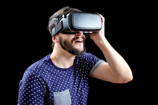 仮想現実の3 dヘッドセットを着ている青い点線のtシャツの男