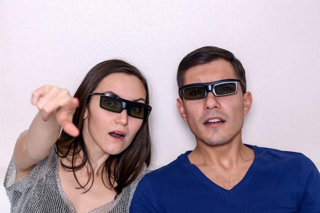 3 dメガネ、クローズアップの肖像画で映画を見ている若いカップル