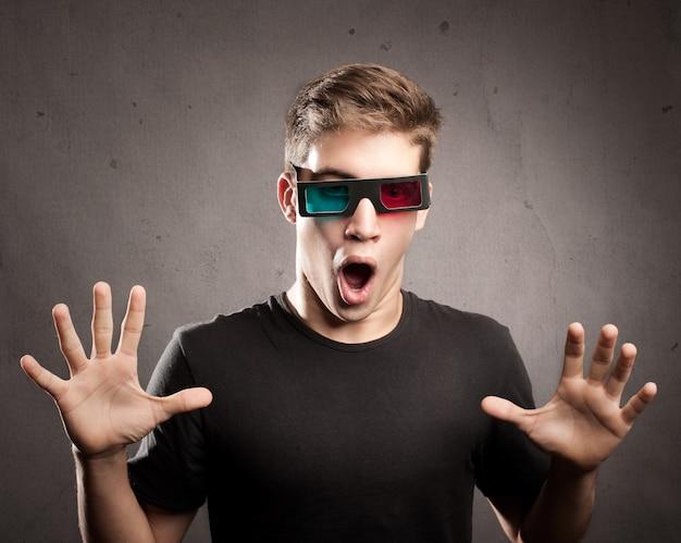 3 dメガネを着ている若い男
