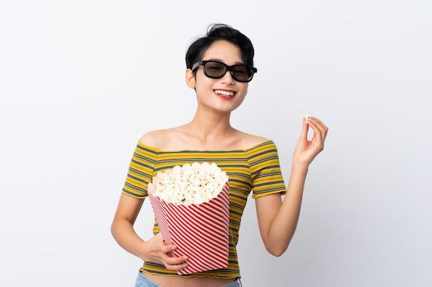 3 dメガネとポップコーンの大きなバケツを保持している若いアジア女性