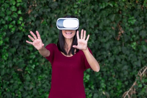 仮想現実の眼鏡ヘッドセットまたは3 d眼鏡を楽しんでいる若い美しい女性