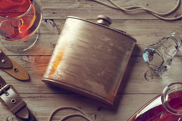 ウイスキーのグラスとビンテージフラスコの3 dレンダリング