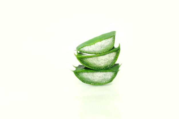 3新鮮なアロエベラは、白い背景のクローズアップでスライスされたã¢â€â‹ã¢â€â‹。自然な保湿、癒しの化粧品。