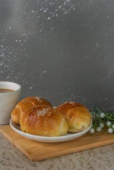 コーヒーと一緒に出される3つのミニバターパン