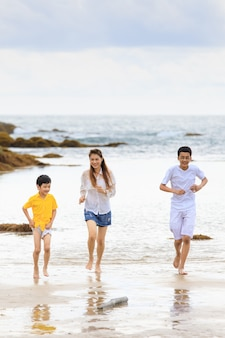 세 사람 asain 가족 어머니와 두 아들이 달리기를 하고 새로운 경험을 배우기 위해