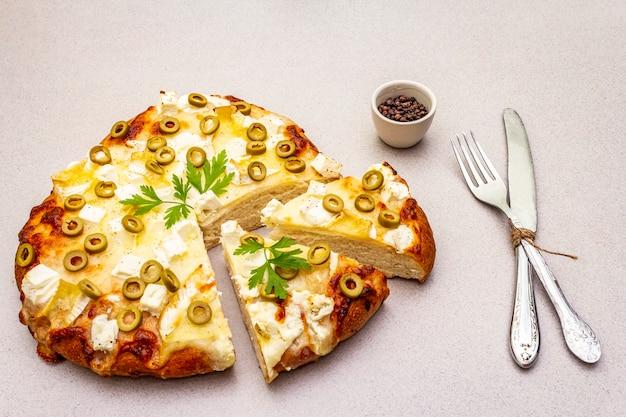 3種類のチーズ、グリーンオリーブ、黒胡pepper、パセリのイタリアのフォカッチャ
