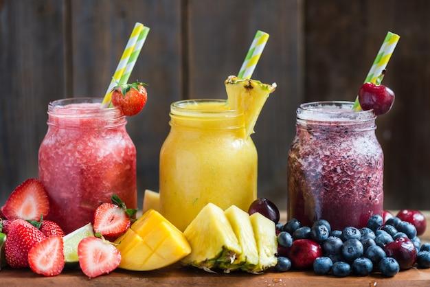 さまざまな果実や果物から3おいしいslushies