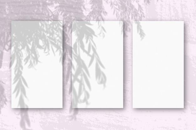 3 вертикальных листа текстурированной белой бумаги
