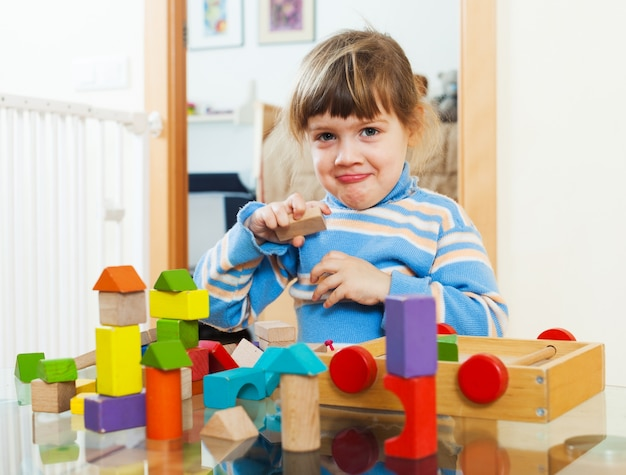 가정에서 장난감을 가지고 노는 3 년 아동