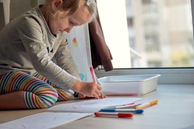 3세 소녀 창작 예술. 아이는 사진을 raw. 유치원과 유치원은 covid-19, 온라인 교육, 홈스쿨링 기간 동안 문을 닫았습니다. 집에서 공부하는 유아 소녀, 가정 학습.