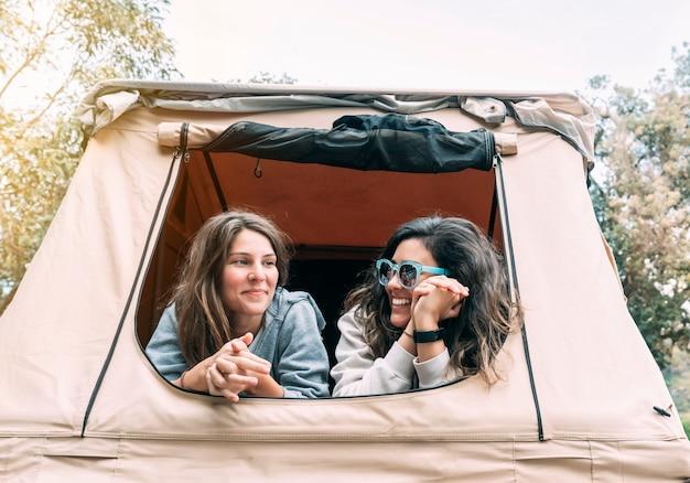 30代の2人のガールフレンドが街を離れて森で週末を過ごす