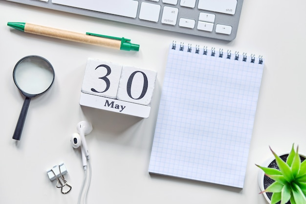 30の30日5月の月間カレンダーコンセプト木製ブロック。コピースペース。