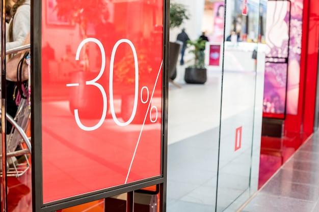 ショッピングモールの壁の柱、ボケショッピングモールの文字30オフの大規模な販売。ショッピングモールのプロモーション50%販売店のウィンドウ。