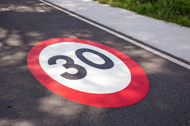 アスファルト道路に描かれた時速30キロの制限速度標識