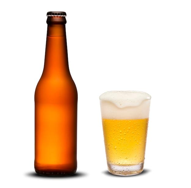 300 mlビール瓶は乾燥し、白い背景の上の滴とガラスのビール。