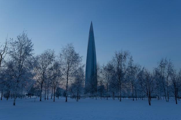 저녁에는 겨울에 거대한 탑이있는 300 년 공원.