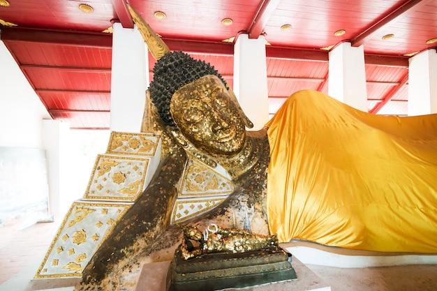 300年以上前の美しい古代のリクライニング仏