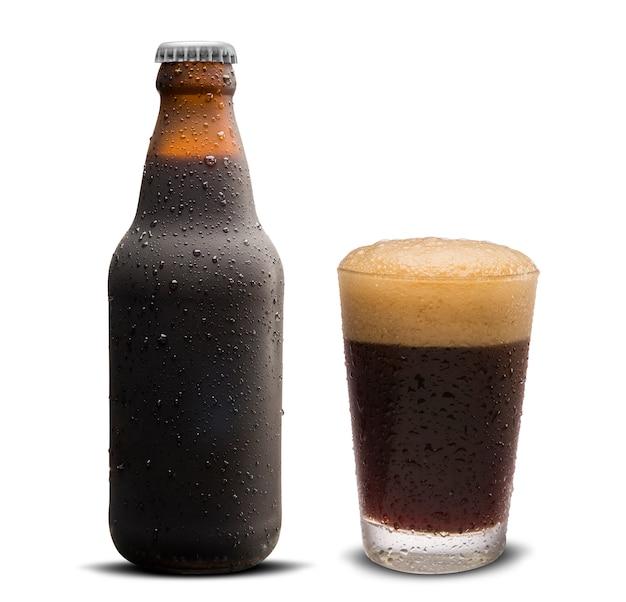 Стакан портерского пива и коричневая бутылка 300 мл с каплями, изолированных на белом фоне