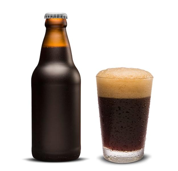 Стакан портерского пива и коричневая бутылка 300 мл, изолированных на белом фоне