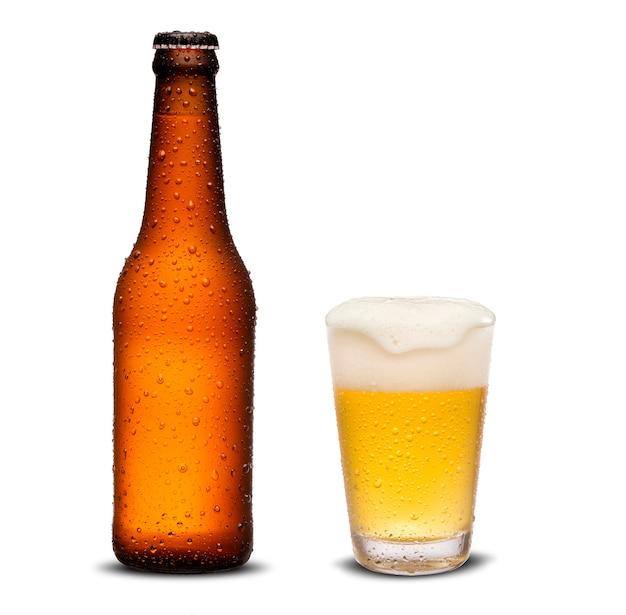 Стакан пива и коричневая бутылка 300 мл с каплями, изолированных на белом фоне