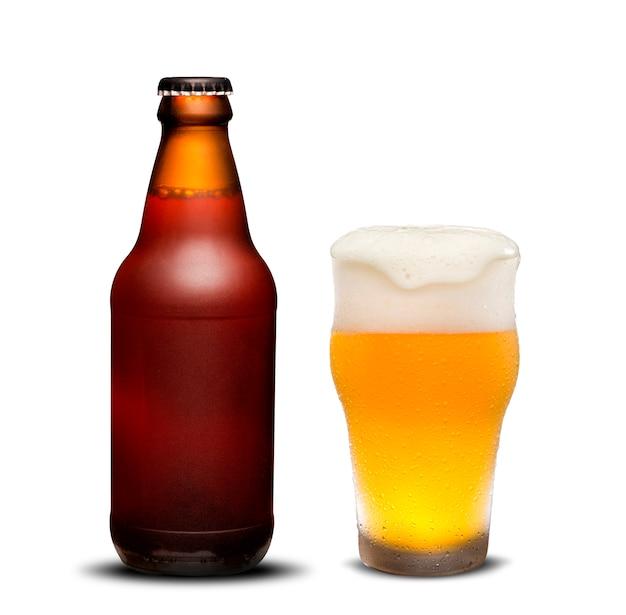 Бутылки пива 300ml сушат и стеклянное пиво с падениями на белой предпосылке.