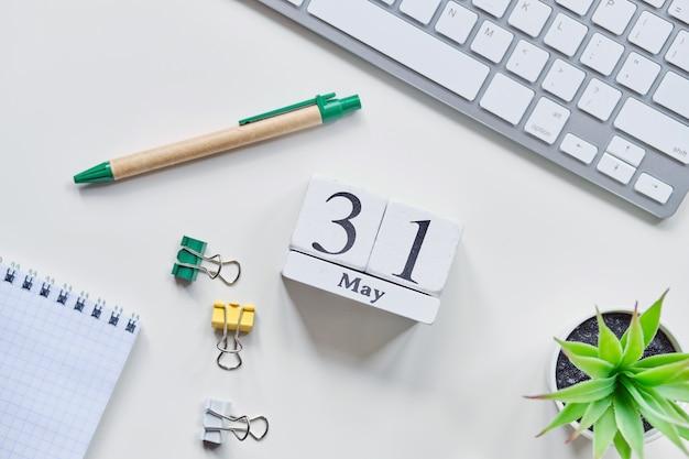 31の30の最初の日5月の月間カレンダーコンセプトの木製ブロック。