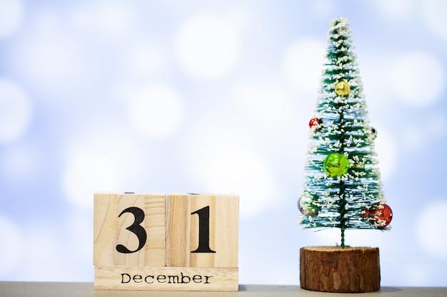 12 월 31 일 및 파란색 배경에 크리스마스 장식