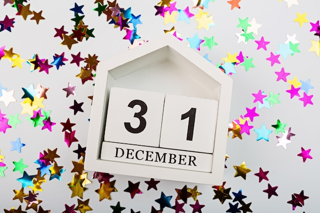 12 월 31 일 달력과 흰색에 화려한 색종이. 새해 복 많이 받으세요 2021 배경. 플랫 레이, 상단
