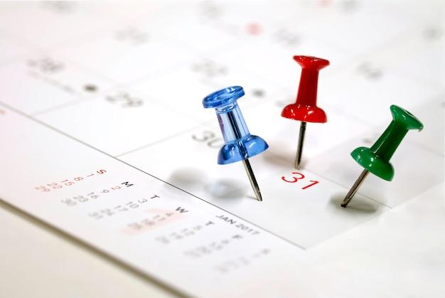 セレクティブフォーカスで31日のカレンダーに刺繍ブルーレッドグリーンピン