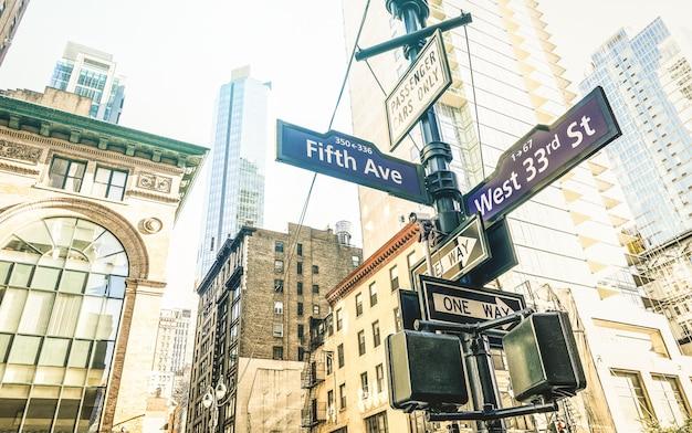 ニューヨーク市のフィフスアベニューと西33番街の道路標識