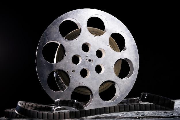 暗闇で劇的な照明を備えた35mmフィルムリール