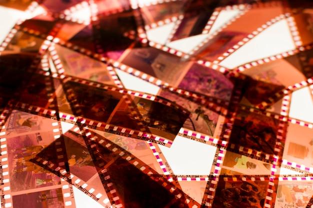 ライトボックス上のカラーネガ35mmフィルムストライプ