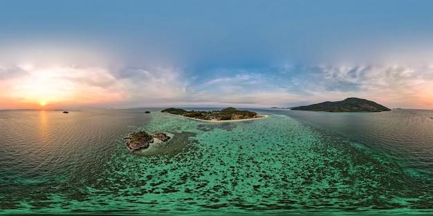 日の出の360度のパノラマ空撮リペ島、サトゥーン、タイ、穏やかな風景海の景色の景色、緑青の海、緑の山、旅行とリラックスの場所、ドローンの高角度の上面図