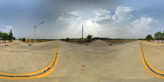 푸른 하늘이 콘크리트 도로와 숲의 360도 구형 파노라마