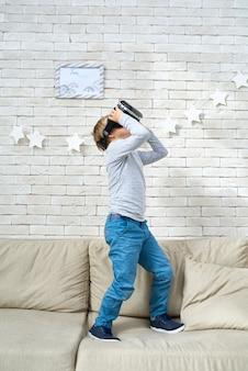 360ビデオを見ている小さな男の子