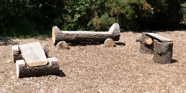 ナチュラルログホームは、公園の3つの木の幹で素朴な木製ベンチを作った