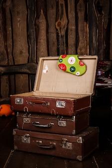 3つの古いビンテージスーツケース