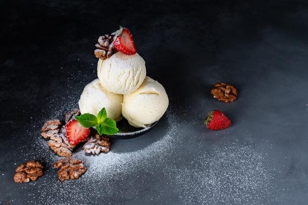 アイスクリーム3ボールイチゴとクルミ