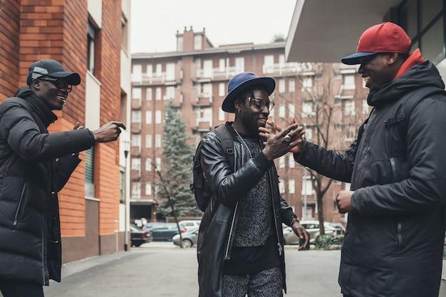 通りで挨拶する3人のアフリカ人