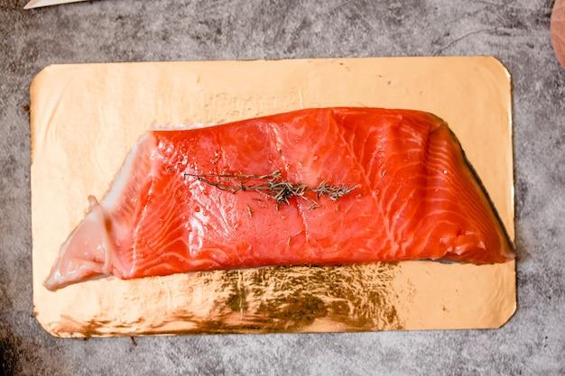 Сырое филе лосося на серой, дикой атлантической рыбе. омега 3